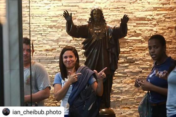 Mulheres fazem sinal de arma, em referência a Jair Bolsonaro, dentro da arquidiocese do Rio de Janei