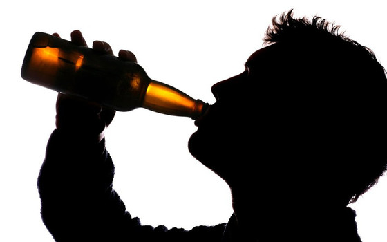 Ingestão de álcool combate o COVID 19? É falso!