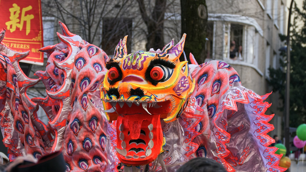 在煙火表演之後緊接著倫敦元旦大遊行,其中唐人街也有舞龍舞獅的表演。