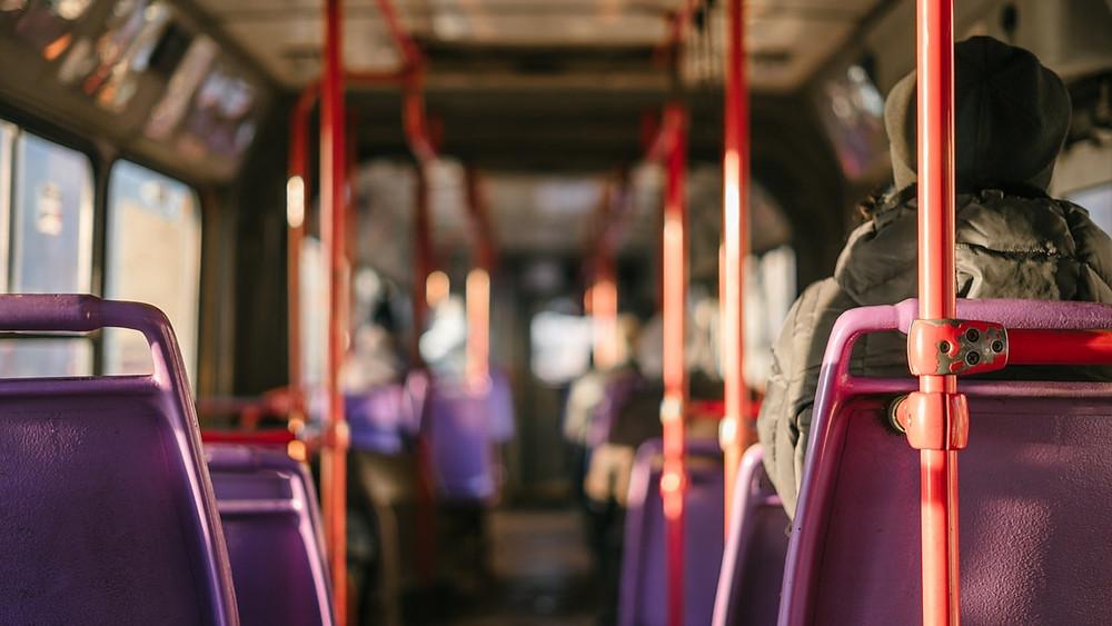在美國留學的同學們搭乘公車的機會很多, 常因校園佔地大, 教室與教室間的距離較遠, 需要公車來代步,以防遲到的情形發生!