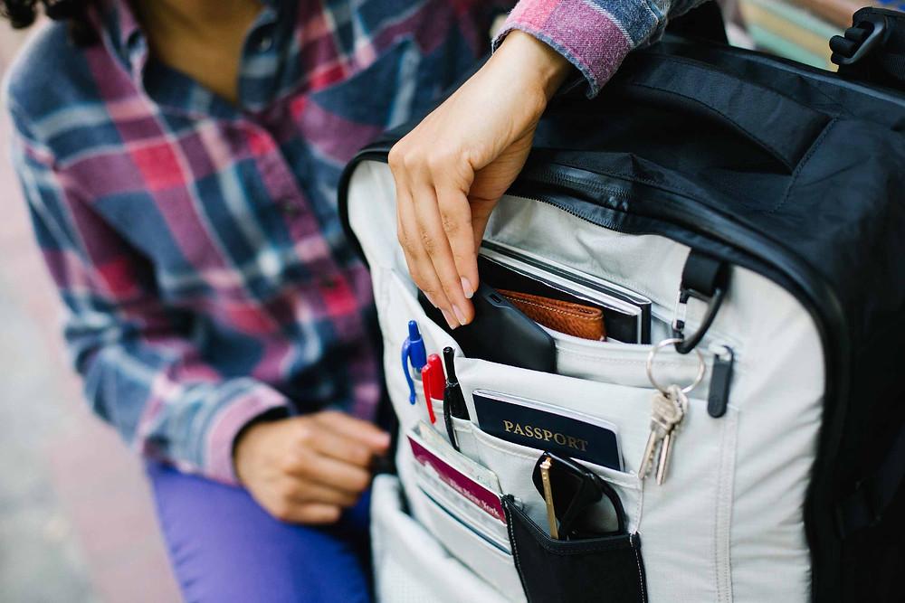 隨身行李可以帶: 證件、眼鏡、少量現金、充電器、住宿地址、重要連絡電話、個人藥品、薄外套