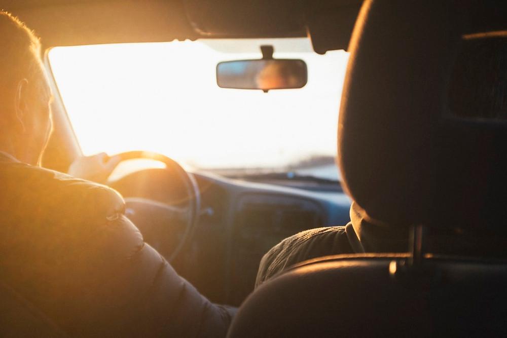 美國在自駕上和台灣較不一樣的規則, 大規則像是注意限速牌、緊繫安全帶、跟隨車流等, 是每個駕駛都應該隨時注意的, 希望同學們能遵守交通規則, 不給自己或他人在道路上造成不便喔!