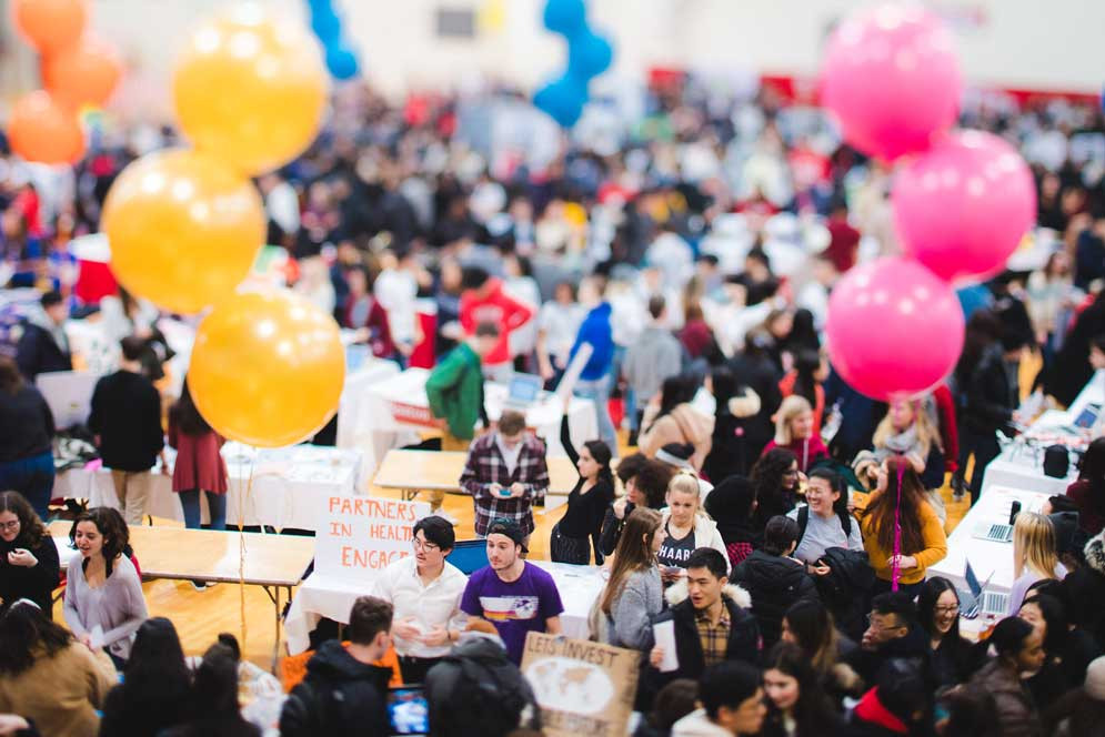 剛開學時學校為了迎接新生, 會大型舉辦Club Fair讓同學們光顧, 像學校園遊會似的, 學生們會擺攤介紹自家的社團以吸引新生前來報名。