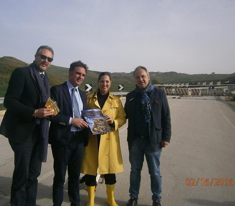Stefania Petyx con libro di Roberto Mistretta