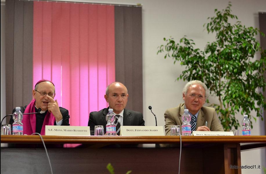 da sx mons. Mario Russotto vscovo di Caltanissetta, il giudice Fernando Asaro presidente ANM nissena, l'autore Roberto Mistretta