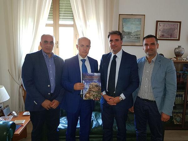 Procuratore Zuccaro di Catania con libro di Roberto Mistretta