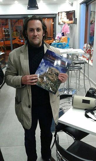 Giornalita di Malta con libro di Roberto Mistretta