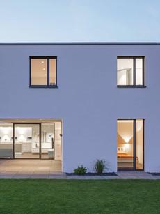 Moradia moderna com janelas e porta de e