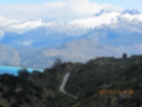 Visão da Carretar com o Lago General Carrera e montanhas nevadas ao fundo