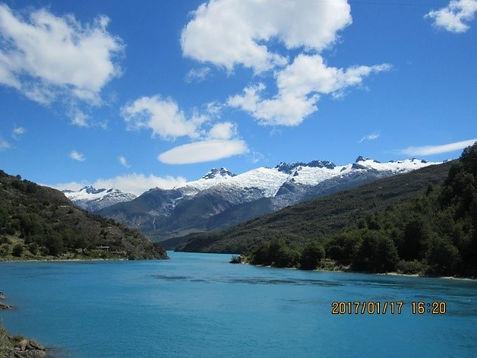 Visão da Carretar com o Lago General Carrera e montanhas nevadas ao fundo 1