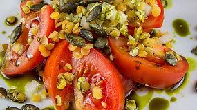 Solata z lečo, paradižniko in bučnimi semeni