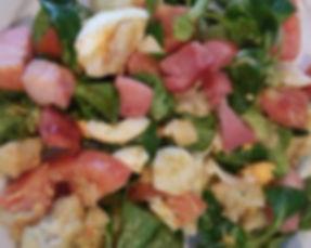 Solata s cvetačo, slaino, jajci, motovilcem in bučnimi semeni