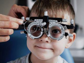 El uso excesivo de pantallas provoca que los jóvenes sean cada vez más miopes y a una edad más tempr