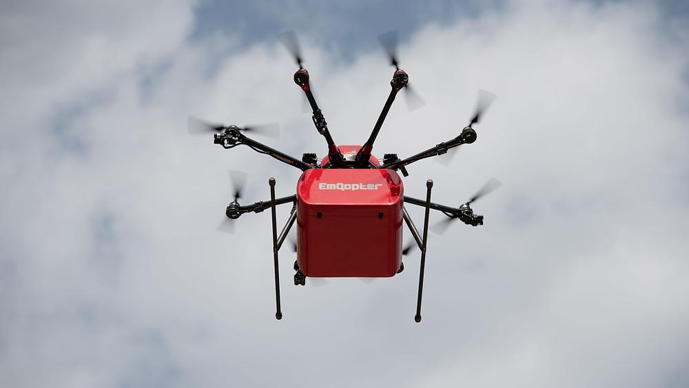 Lieferdrohne von Emqopter im Flug, Drohne im Flug