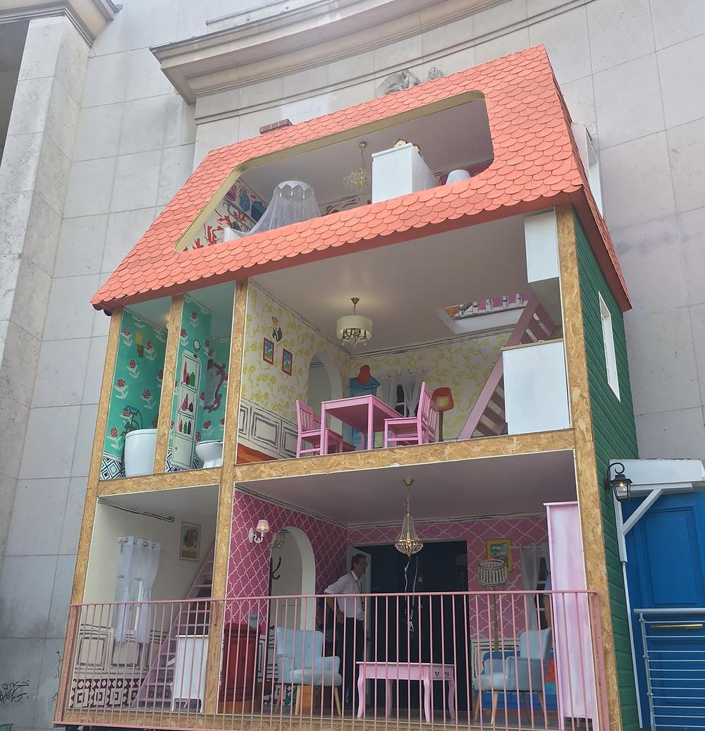 Au Palais de Tokyo, on entre dans l'espace « Encore un jour banane pour le poisson-rêve » par… une maison de poupée. LP/Amandine Pointel