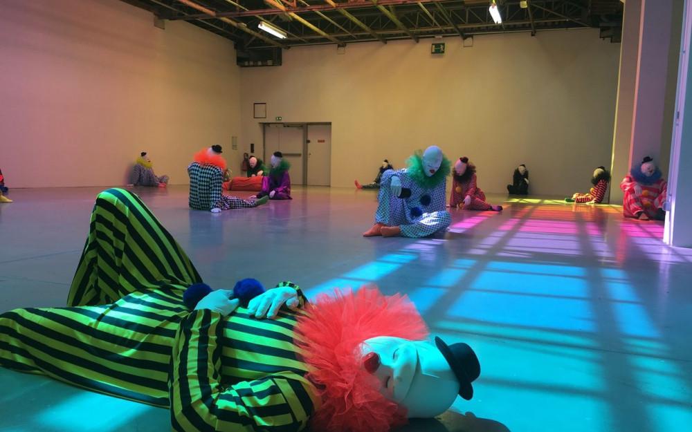 La salle phare de l'expo dévoile 45 clowns dans différentes postures… des sculptures en polyester et résine criantes de vérité ! LP/Amandine Pointel