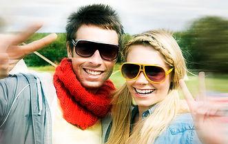 casal com óculos de sol