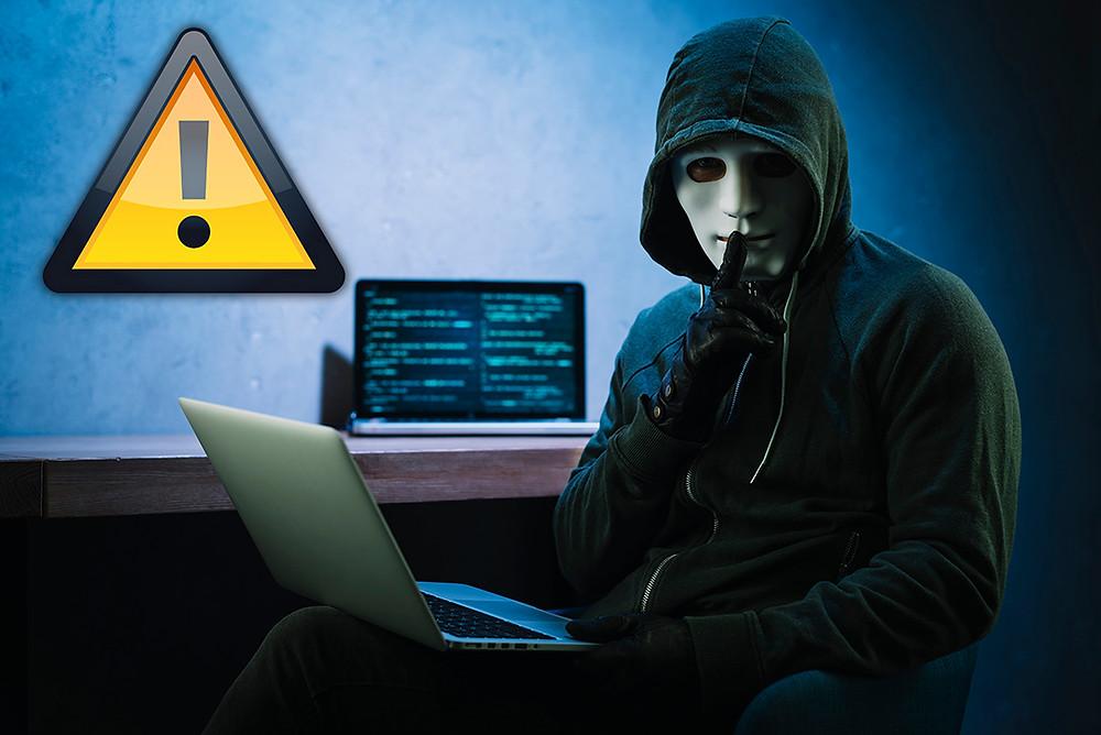 Hacker con el rostro cubierto se lleva actuando con sigilo