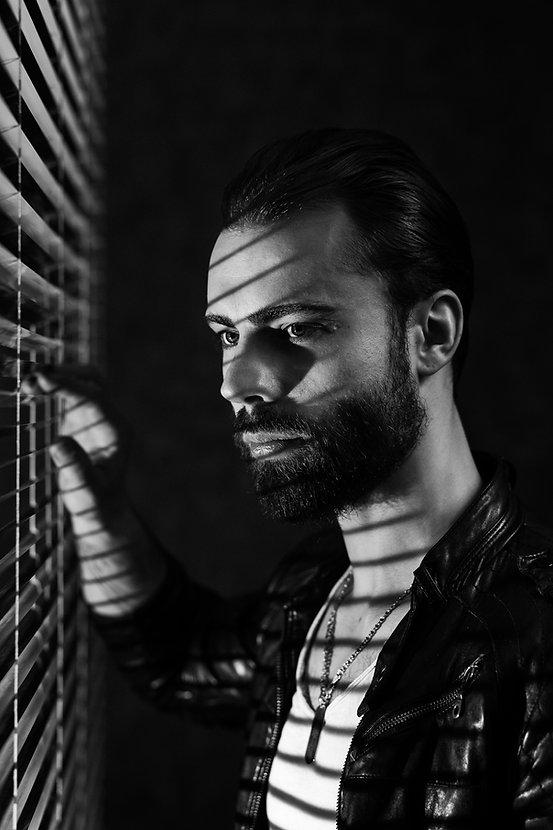 Film noir fotosesija studijoje | Vyru fotografija | Vintazine fotosesija | Kinematografine fotosesija | Dramatinis apsvietimas