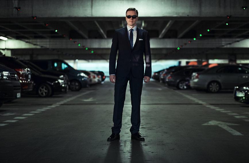 Vyras juodais drabuziais | Ivaizdine fotosesija | Kinematografine fotosesija