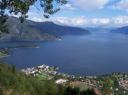 Looking_down_on_Balestrand