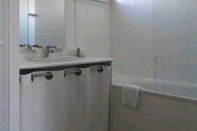 Salle de bain familiale T4 - 6/7 pers. - Location de vacances gers - Domaine de saint orens