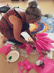 Kvinna i skapandeproces under arbete med uttryckande konst