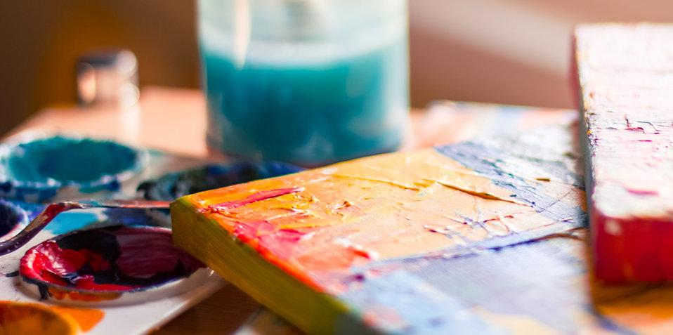 akryl, målarduk och turkost vatten i närbild