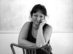 Erika Sinander porträttbild sittandes mot en stol
