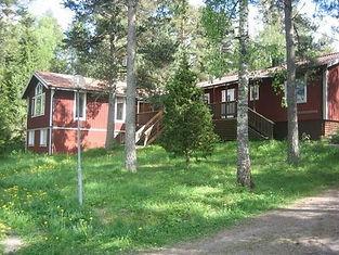 Svartbäcksgården med vackra röda hus i idyllisk svensk natur som är platsen för grupp i självutveckling