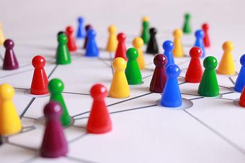 brädspel med pjäser mot vit bakgrund i ett nätverk