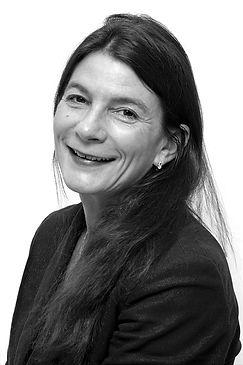 Melinda Meyer iklädd i svart och leendes mot kameran, utbildningsledare vid Norsk Institutt for Kunst och Utrykksterapi