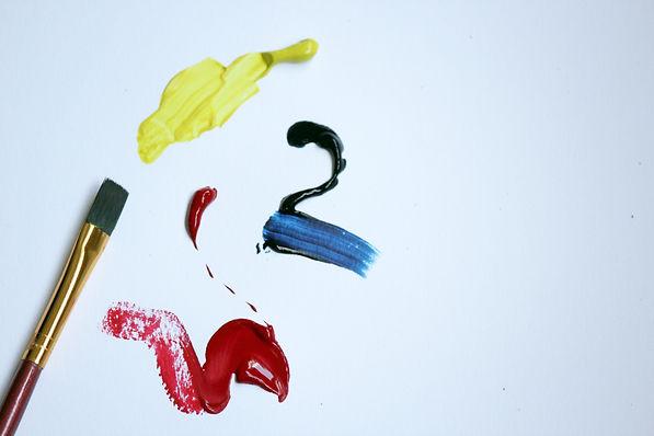 målarduk med akrylstänk och pensel