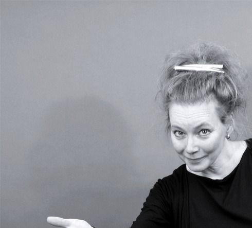 Kerstin Alex Elfving Enteleki svartitt lekfull pose i svarta kläder
