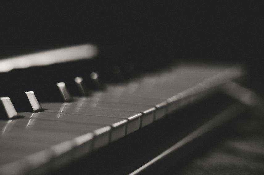 svartvitt foto på piano