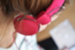 En flicka lyssnar på musik i hörlurar)