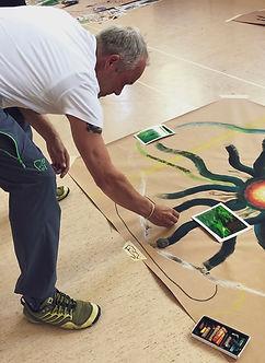 uttryckande konstterapi, en man som målar