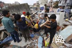 korban-jiwa-gempa-dahsyat-di-nepal-tembus-688-jiwa-Dam-thumb