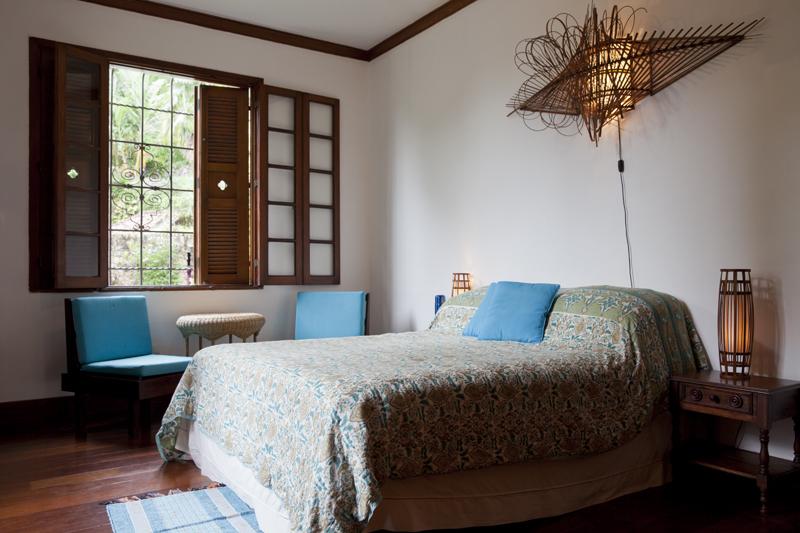 Queen bed in Orange Room