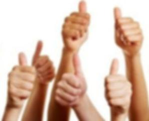 21535694-groep-mensen-houdt-vele-duimen-