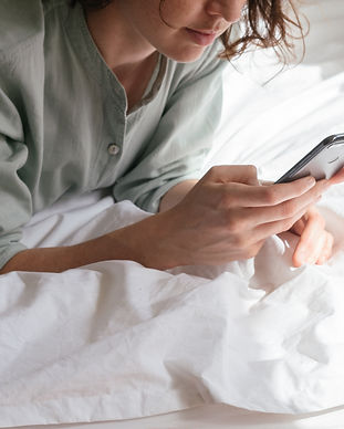 woman-using-smartphone-in-bed-3060643.jp