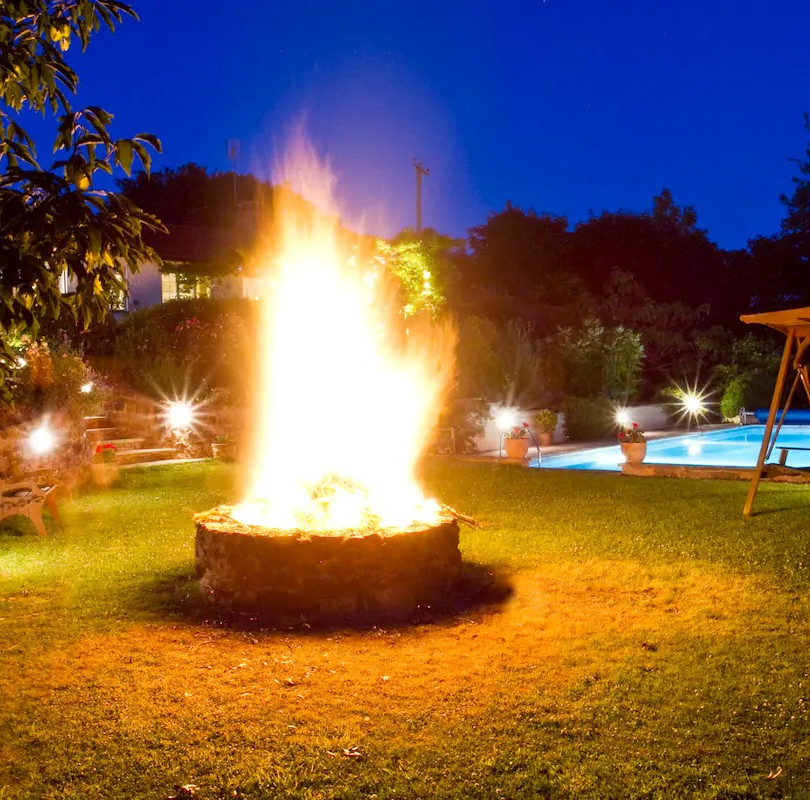 Outdoor Summer-Winter fire pit area