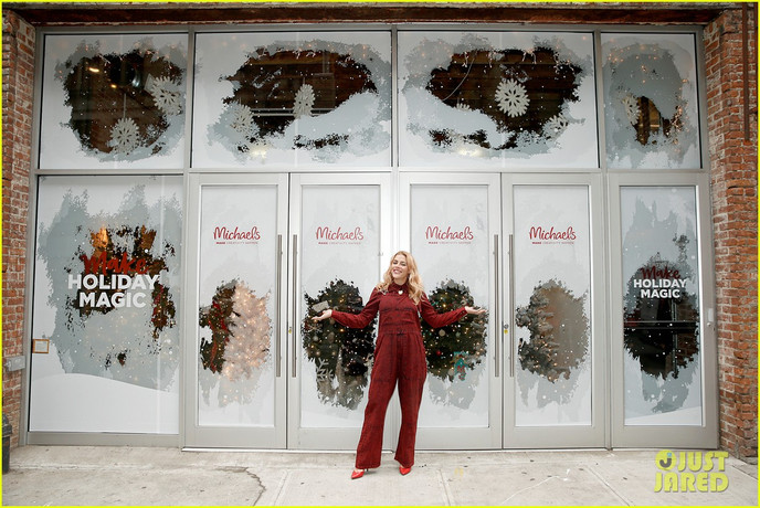 busy-philipps-is-getting-into-the-holiday-spirit-wit-michaels-07.jpg