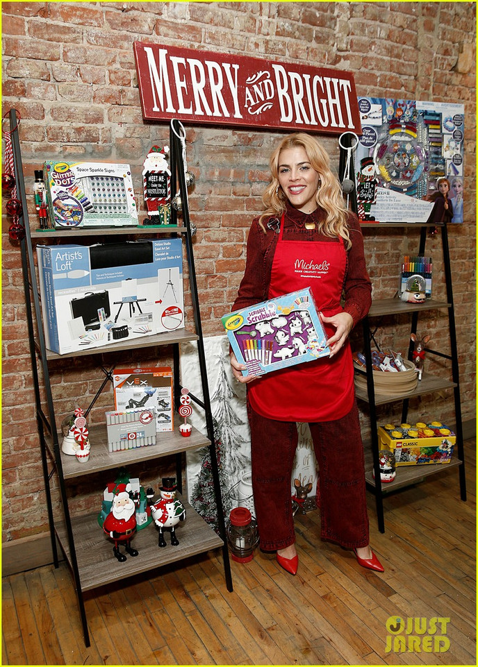 busy-philipps-is-getting-into-the-holiday-spirit-wit-michaels-01.jpg