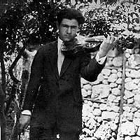 Ses premiers cours de violon datent de l'Ecole Normale d'Edirne, une passion qui a duré de longues années. Ici il pose avec son violon en 1931 quand il enseignait à Vize.