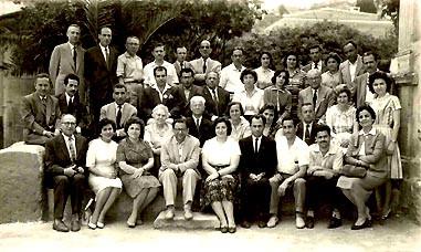 İzmir Karataş Orta Okulunda öğretmenlik yaptığı yıllarda, okulun öğretim üyeleriyle birlikte, 1955. Aralarında: Saffet Aytek, Saim Eğilmez, Remzi Baykal, Osman Gedik, İlhan İleri, Garra Sarmat, Abdullah Birkan ve Turgut Pöğün