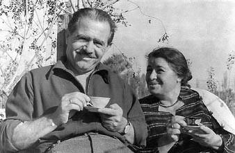 İzmir Narlıderede, yazlık evinin bahçesinde sevgili eşi Bedia ile kahve yudumlarken, 1961