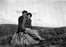 Avec Bedia Bilge quand ils étudiaient à Ankara Gazi Terbiye Enstutusu, 1934