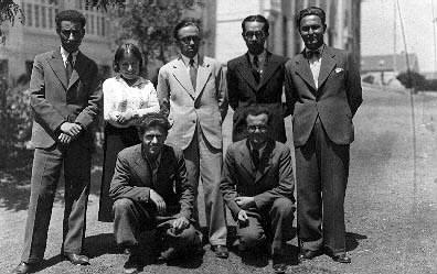 Ankara Gazi Terbiye Enstitüsü Tarih Coğrafya bölümü öğrenci arkadaşlarıyla okulun bahçesinde, 1935. Önde solda Bilbaşar, sağda Garra Sarmat