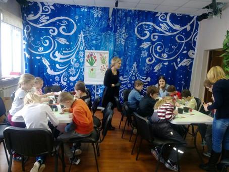 Творческие мастер-классы для школьников: рисование цветов и создание тряпичных куколок.